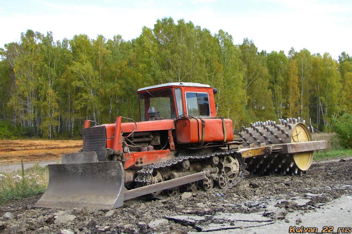 Трактор ДТ-75 и прицепной грунтовой каток. Алтайский край, Заринский район