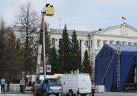 Автоподъёмник на шасси Isuzu ELF #Х 528 ТТ 86. Курган, площадь имени В.И. Ленина