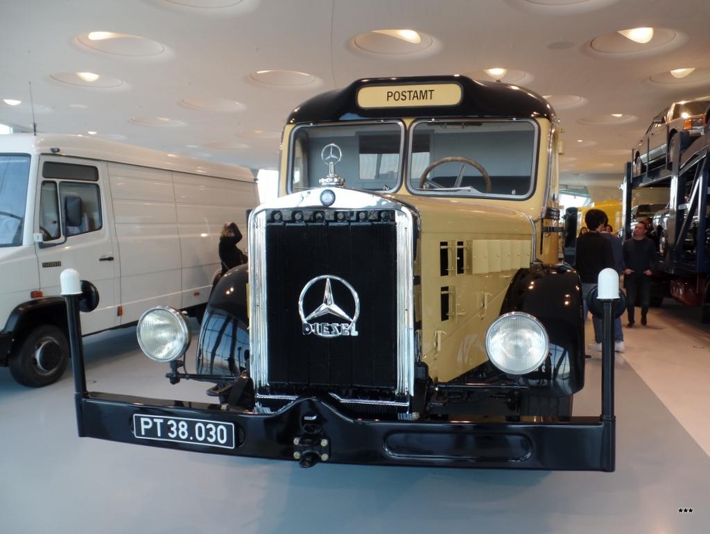 Почтовый фургон Mercedes Benz O10000, 1938 год выпуска . Германия, Штутгарт, музей Mercedes-Benz