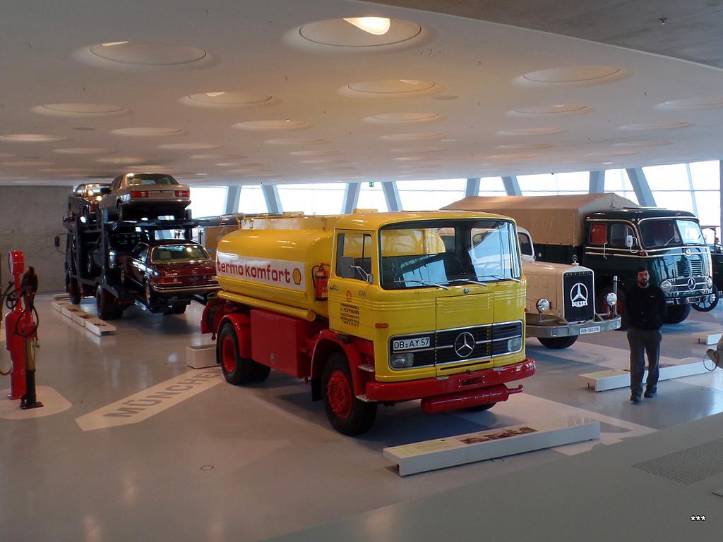 Общий план на экспозицию грузовиков Mercedes Benz  . Германия, Штутгарт, музей Mercedes-Benz