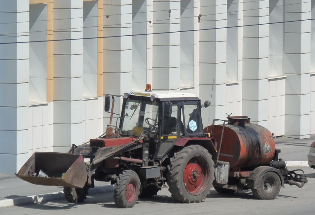 Экскватор-погрузчик ЭО-2626 на базе трактора МТЗ-82* с прицепным автогудронатором АГ-1,2.  Курган, улица Куйбышева