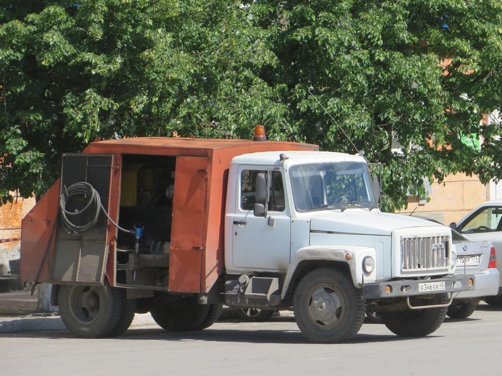 Подметально-уборочная машина ПУМ-1 на шасси ГАЗ-3307 #Е 346 ЕВ 45.  Курган, улица Гоголя