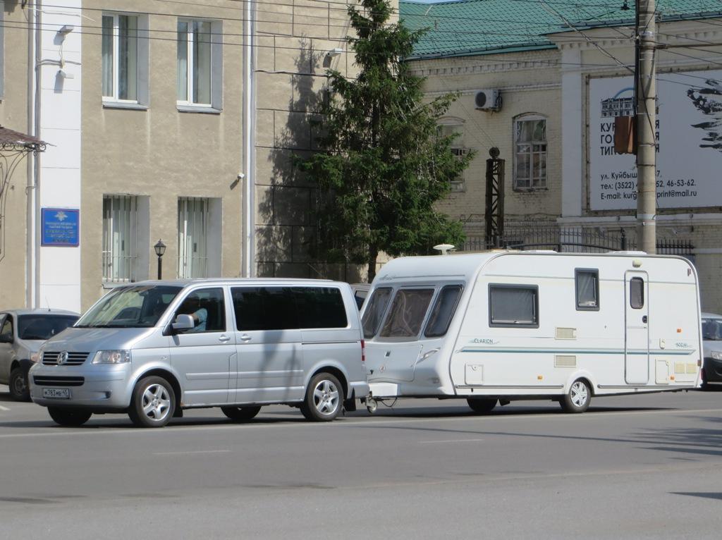 Микроавтобус Volkswagen Multivan #М 783 МВ 45 с прицепом-кемпером.  Курган, улица Куйбышева