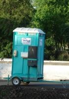 Передвижной туалет для дорожных строителей. Menlo Park, California, USA