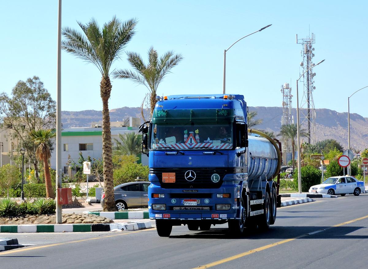 Грузовик-цистерна Mercedes-Benz 2543 Actros Tankwagen. Египет, South Sinai Governorate, Qesm Sharm Ash Sheikh, Hadaba, Umm El Seed