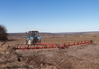 Трактор МТЗ-82.1 «Беларус», #17301АХ с зубовой бороной БГ-14 на закрытии влаги. Харьковская область, Печенежский район, село Кицевка