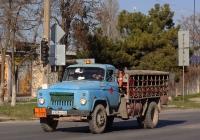 Машина для перевозки баллонов со сжиженным газом на шасси ГАЗ-53. Крым, Евпатория, улица 2-й Гвардейской Армии