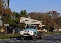 Автоподъемник на шасси ЗиЛ-130. Крым, Евпатория, улица 2-й Гвардейской Армии