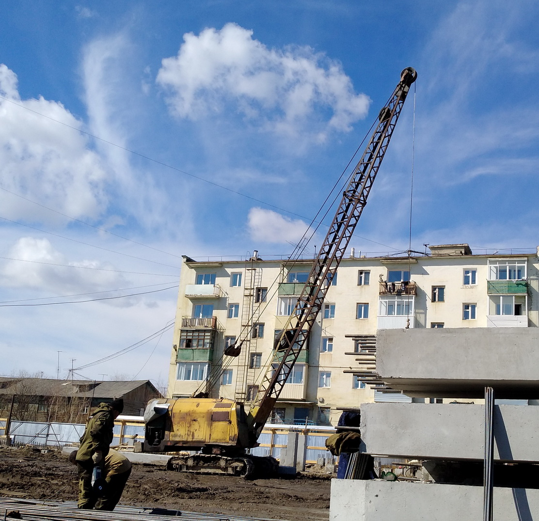 Кран-экскаватор ЭО-5111Б на строительстве жилого дома. Республика Саха(Якутия)