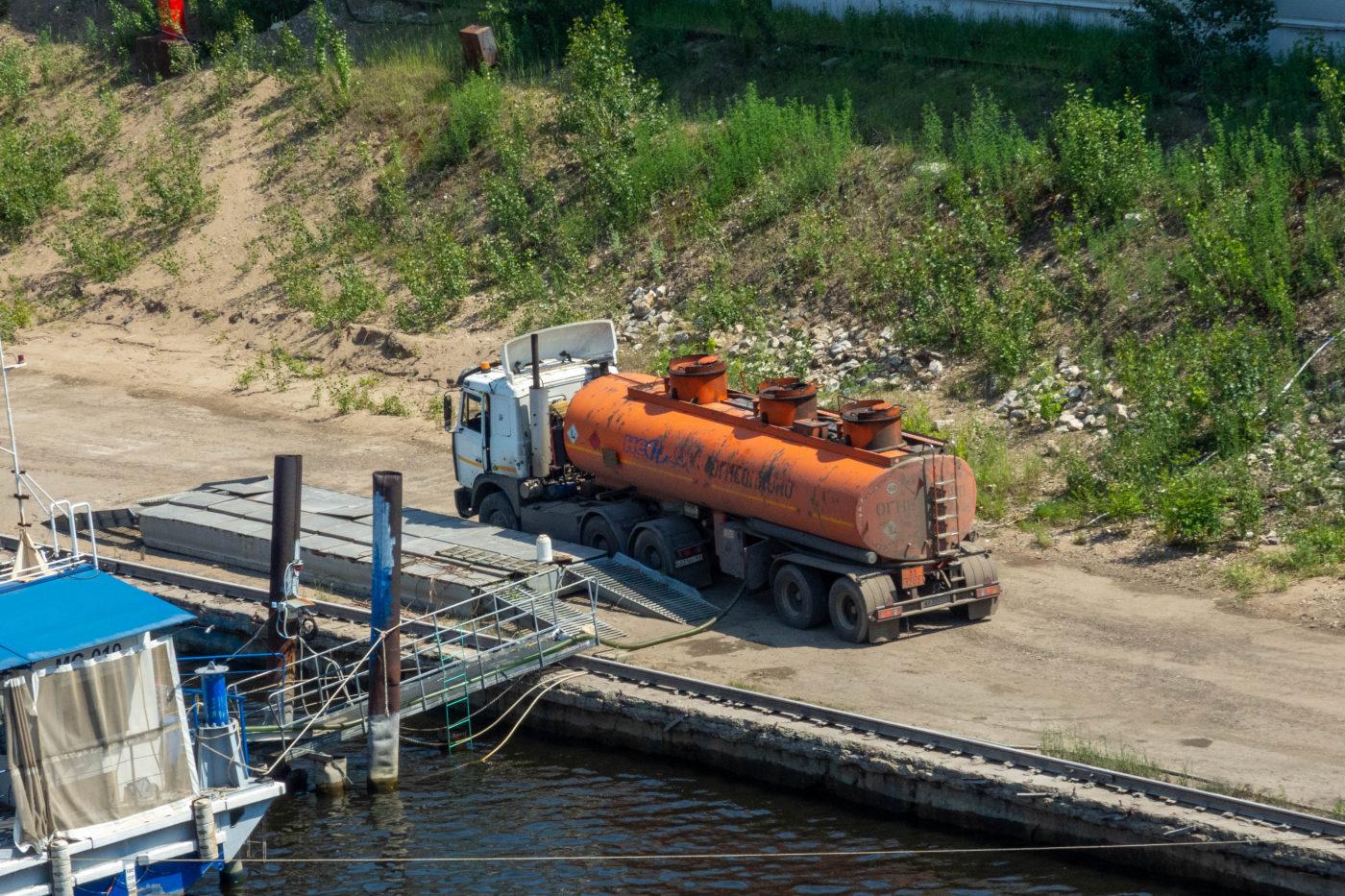 седельный тягач МАЗ-6422 с полуприцепом для перевозки нефтепродуктов. г. Самара, Фрунзенский мостовой переход