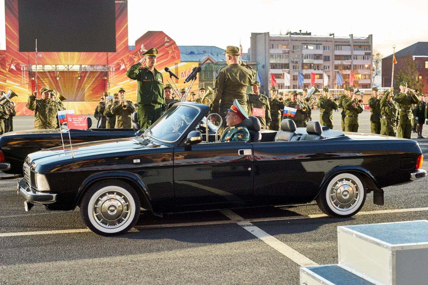 """Церимониальный автомобиль на базе легкового автомобиля ГАЗ-3201 """"Волга"""". Всего силами гаража штаба 8-й общевойсковой армии (ранее - штаба ПривВО) построено было две машины. Автомобили используются при проведении парада в честь годовщины Победы в Великой Отечественной Войне. Автомобили имеют регистрационные номера 1941АЕ76 и 1945АЕ76. Автомобили отсняты во время репетиций парадов 2018 и 2020 годов.. г. Самара, пл. им. В. В. Куйбышева"""