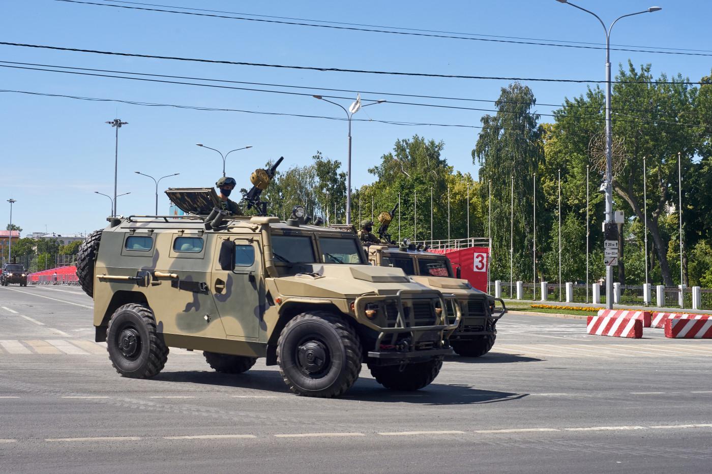 """бронеавтомобиль ГАЗ-233014 """"Тигр"""" парадного расчета. г. Самара, ул. Вилоновская"""