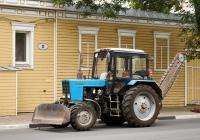 трактор МТЗ-80 с бульдозерным отвалом и баровой машиной. г. Самара, ул. Красноармейская