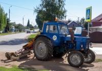 трактор МТЗ-80 с агрегатом для скашивания травы. Самарская обл., г. Кинель, ул. Украинская