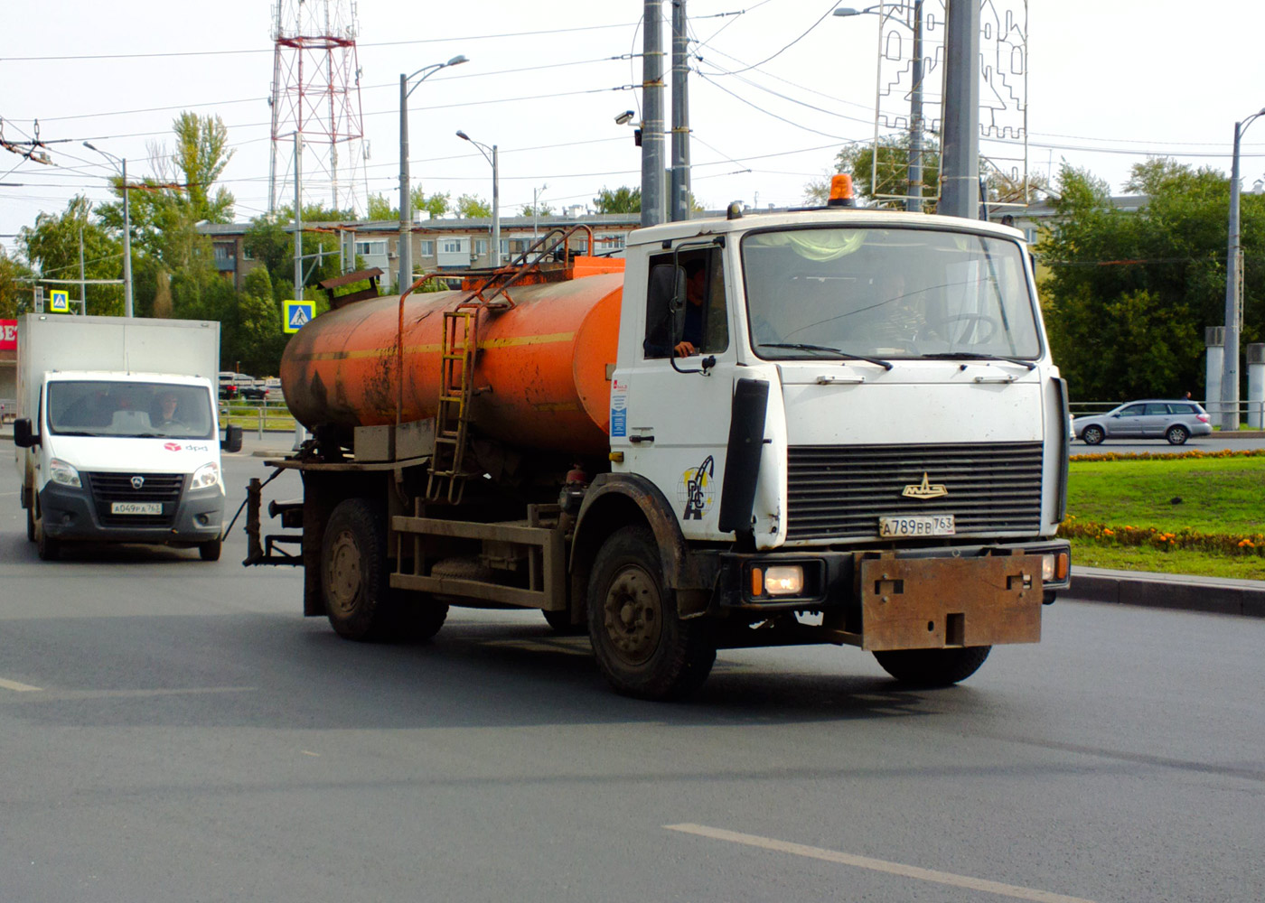 """Автогудронатор МК-7 на шасси МАЗ-5551 #А789ВВ763, фургон ГАЗ-A21R22 """"Газель Next"""" #А049РА763. Самара, Московское шоссе"""