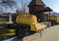 Передвижые бочки-прицепы для кваса. Приднестровье, Тирасполь, территория Покровской церкви