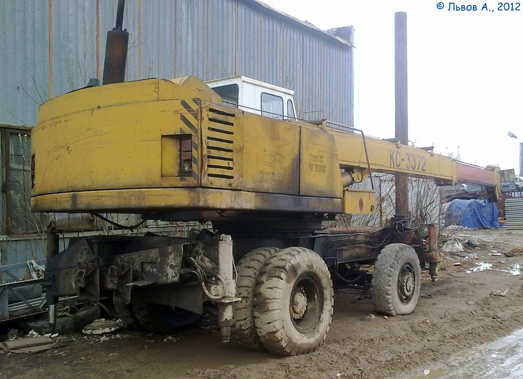 Пневмоколёсный кран КС-3372 . Россия, Тверская область, Удомля, район бывшей пионербазы