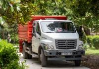 Самосвал на шасси ГАЗ-C42R* #Т062ЕТ82. Республика Крым, г. Ялта, сквер Калинина