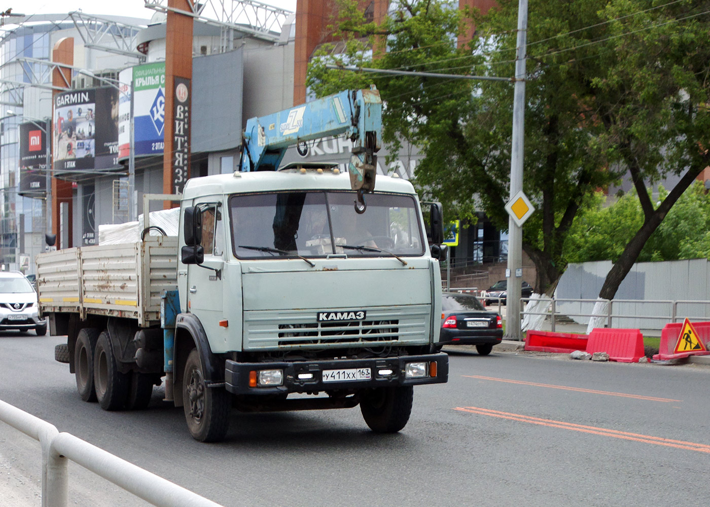 Бортовой грузовой автомобиль с кран-манипуляторным устройством КамАЗ-54105 #У411ХХ163. г. Самара, Московское шоссе