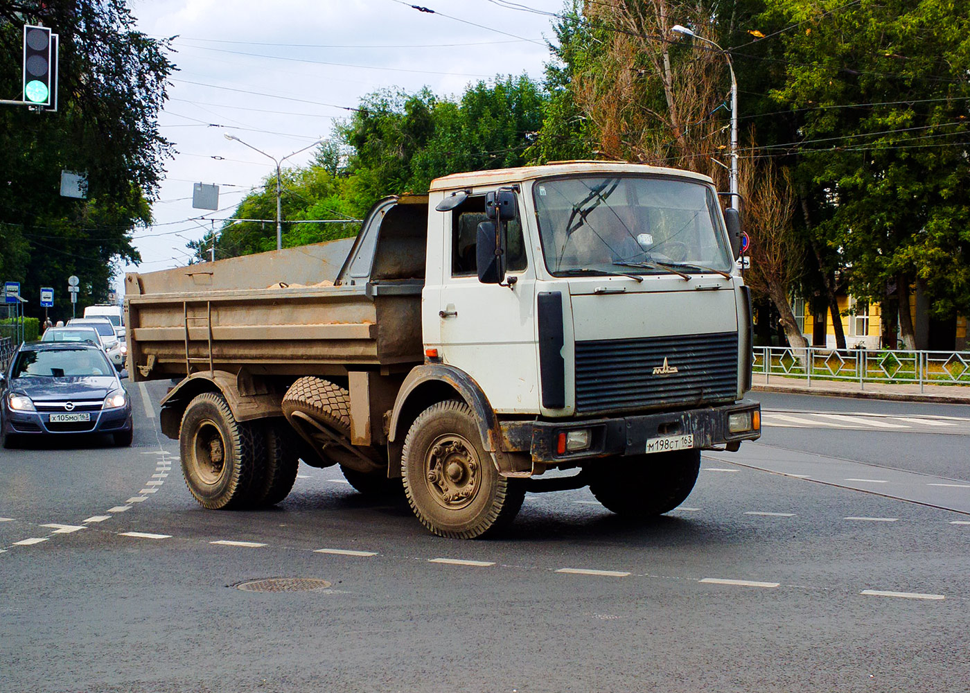 Самосвал МАЗ-5551 #М198СТ163. г. Самара, ул. Полевая